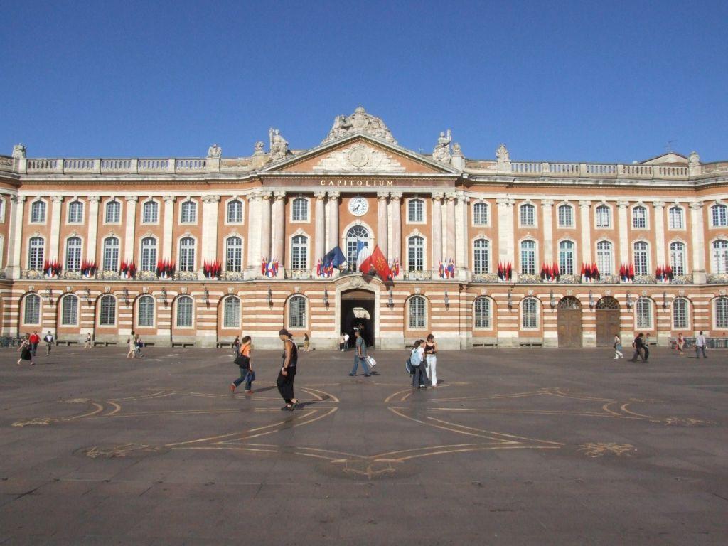 La Façade De Mairie Toulouse Et Au Premier Plan Croix Occitane Ornant Le Sol Du Capitole Crédit Felipeh Cc By Sa Wikimedia Commons Jpg