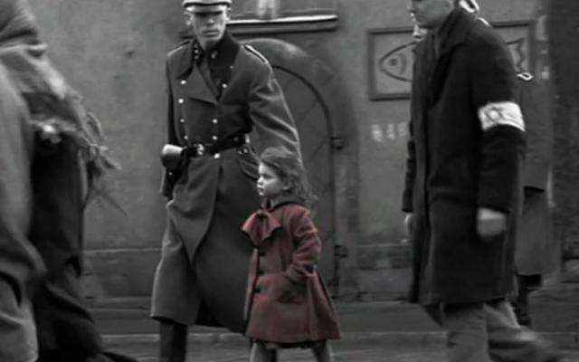 La petite fille en rouge dans le film de Steven Spielberg La liste de Schindler (Crédit : capture d'écran YouTube)