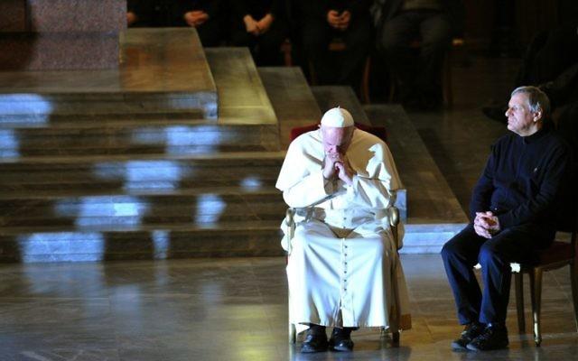 Le pape François en train de se recueillir avant de s'adresser à la mafia (Crédit : AFP/Tiziana Fabi)