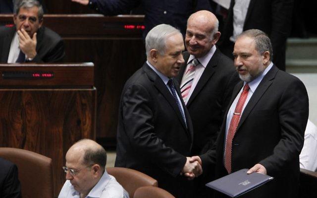 Le Premier ministre israélien Benjamin Netanyahu et Avigdor Liberman, ministre des Affaires étrangères, à la Knesset (Crédit : Miriam Alster/Flash 90)