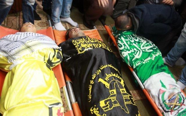 Le corps des trois Palestiniens tués à Jenine le 22 mars 2014 (Crédit : AFP/Jaafar Ashtiyeh)