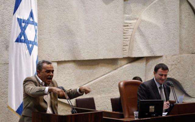 Le député Jamal Zahalke, membre du parti Balad, s'exprime à la Knesset (Crédit : Flash 90)