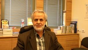 Le député arabe israélien Ibrahim Sarsur dans son bureau à la Knesset (Crédit : Elhanan Miller/The Times of Israel)