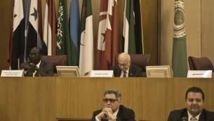 Le ministre des Affaires étrangères soudanais Barnaba Marial Benjamin (au fond à gauche) et le secrétaire général de la Ligue arabe Nabil al Arabi (au fond à droite) (Crédit : AFP/Khaled Desouki)