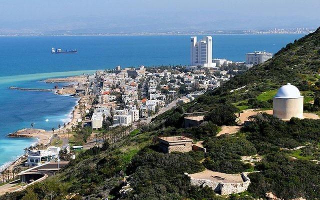 Le mont Carmel au bord de mer (Crédit : Zvi Roger/Municipalité de Haifa/CC BY SA 3.0)