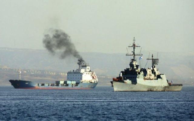 Le navire Klos-C (à gauche) escorté par un bateau de la marine israélienne (Crédit : Flash 90)