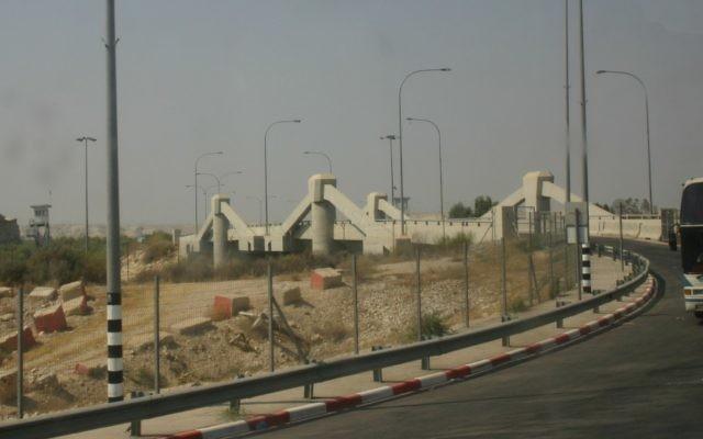 Le poste-frontière Allenby, entre la Jordanie et la Cisjordanie. (Crédit : Abutoum/WikiCommons)