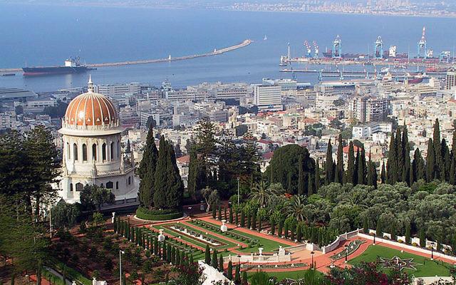 Le port de Haifa et le mausolée de Bab (Crédit : Michael Paul Gollmer/CC.BY SA 3.0/Wikimedia commons)