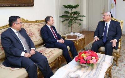 Le président égyptien par intérim Adly Mansour (à droit) avec le ministre des Affaires étr. Nabil Fahmy (G) et le ministre des Affaires étr. libanais Gebran Bassil (centre) (Crédit : AFP)