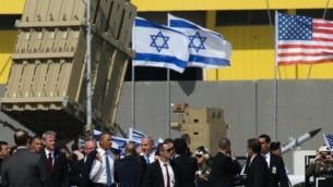 Le président américain Barack Obama et le Premier ministre israélien Benjamin Netanyahu  inspectent une batterie du système de défense Dôme de fer - mars 2013 (Crédit : Nati Shohat/Flash 90)