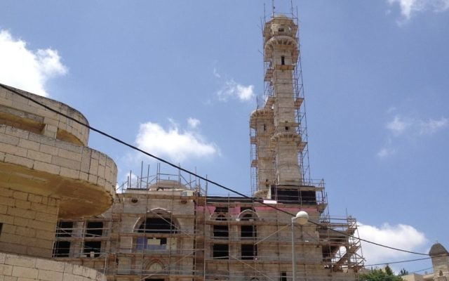 Le site en cours de construction de la mosquée d'Abu Gosh (Crédit : Elhanan Miller/Times of Israel)