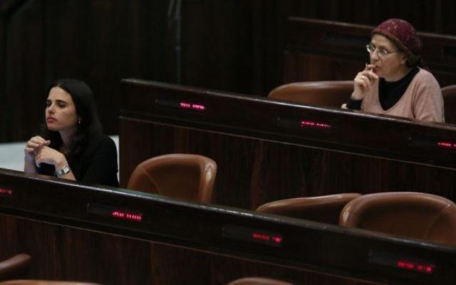 Les députées Ayelet Shaked (à droite) et Orit Struck (à gauche) sur les bancs de la Knesset (Crédit : Miriam Alster/Flash 90)