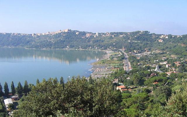 Les jardins de Castel Gandolfo avec vue sur le lac d'Albano (Crédit : Wikimedia Commons/CC BY-SA 3.0)