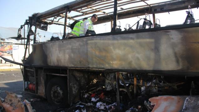 Les secours de Zaka, à la recherche de restes humains dans le bus  qui avait explosé à l'aéroport de Bourgas en Bulgarie (Crédit : Dano Monkotovic/Flash 90)
