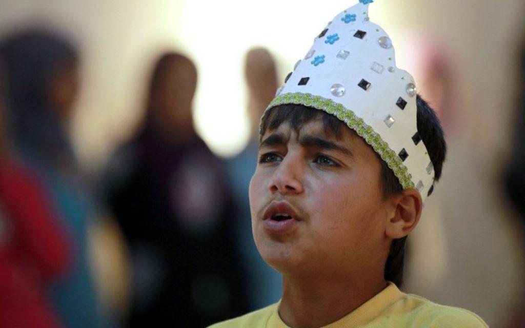 Majd Ammari joue le rôle du Roi Lear dans le camp jordanien de Zaatari à la frontière syrienne (Crédit : AFP/Khalil Mazraawi)
