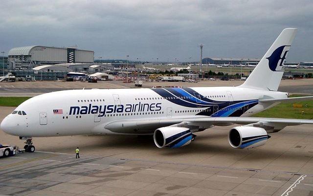 Image illustrant un avion de la compagnie Malaysia Airlines (Crédit : CC BY Channelsking/Wikimedia Commons)