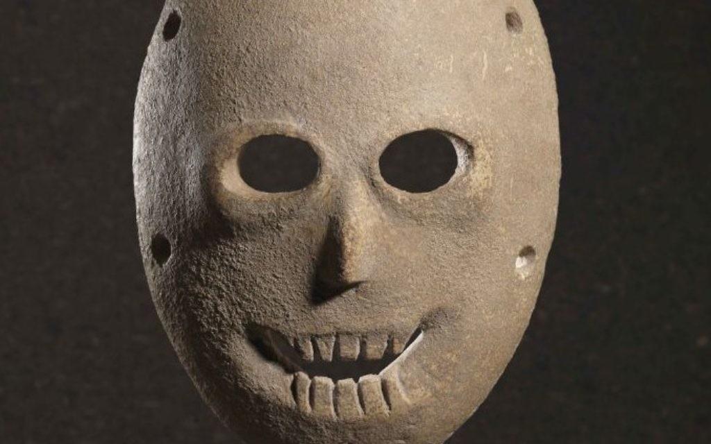 Un masque peint, de la grotte de Nahal Hemar, désert de Judée, néolithique. Environ 9000 ans. (Crédit : Elie Posner/Musée d'Israël)