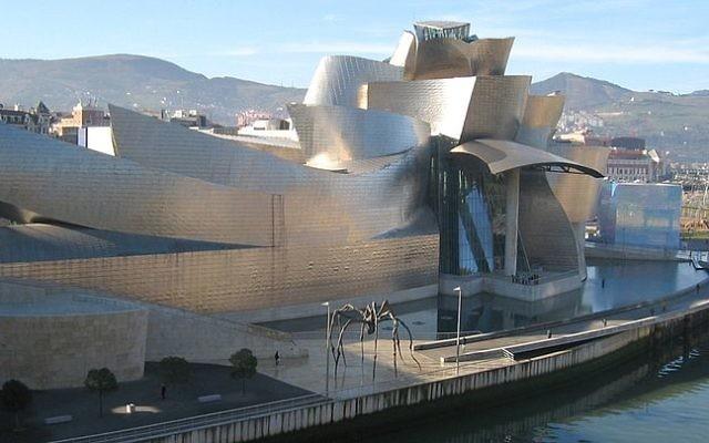 Musée Guggenheim à Bilbao (Crédit : Wikimedia commons)