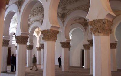 Des colonnes à l'intérieur de la synagogue de Toledo, Espagne, juin 2008 (Crédit : Zmorgan/domaine publique/Wikimedia Commons)