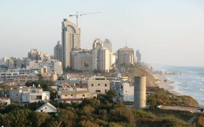 Vue sur le nord de Netanya (Crédit : CC BY James Emery/Wikimedia Commons)