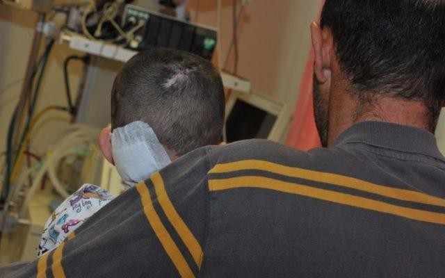 Nihad et son père à l'hôpital Western Galilee à Nahariya (Crédit : autorisation de l'hôpital Western Galilee à Nahariya)