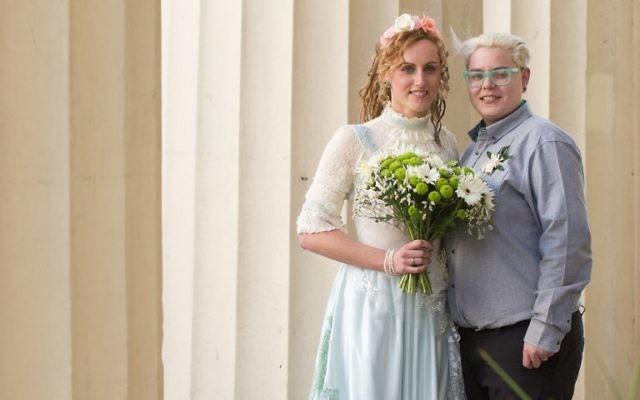 Nikki Pettit (à gauche) et Tanya Ward (à droite) posent pour le photographe après la cérémonie de mariage à Brighton (Crédit : Leon Neal/AFP)