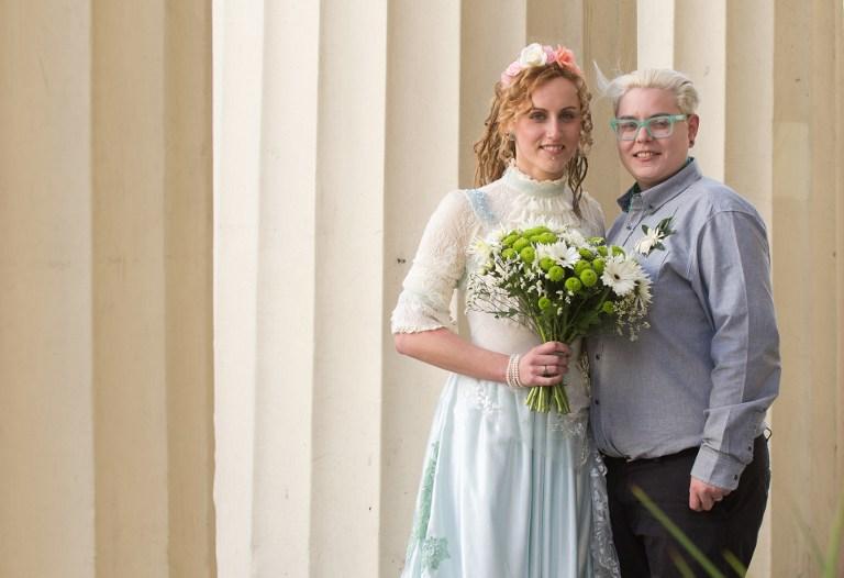 Nikki Pettit  gauche et Tanya Ward  droite posent pour le photographe apr¨s la cérémonie de mariage  Brighton Crédit Leon Neal AFP