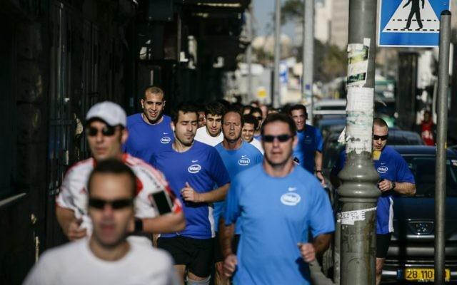 Nir Barkat, le maire de Jérusalem, au milieu des coureurs, s'échauffe pour le marathon de Jérusalem, en mars 2014. (Crédit : Flash 90)