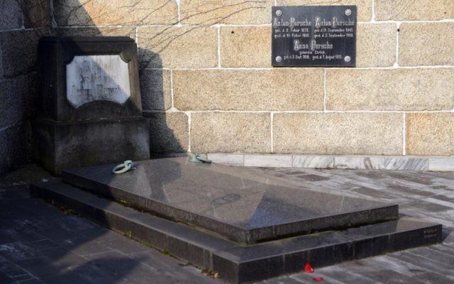 La tombe des parents de Ferdinand Porsche à Vratislavice (Crédit : AFP/Michal Cizek)