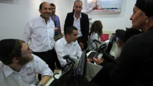 Rami Levy (debout, à gauche) dans un centre d'appels téléphoniques situé dans l'un de ses supermarchés portant son nom. (Crédit : Yossi Zamir/Flash90)