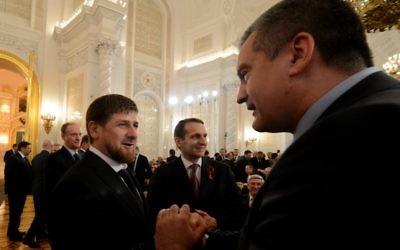 Ramzan Kadyrov, le président tchétchène (à droite) et le Premier ministre de Crimée (à gauche) Sergueï Aksyonov (Crédit :  AFP/Kirill Kudryavtsev)