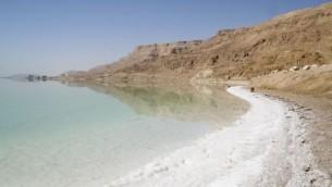 Rivage salé sur la mer Morte (Crédit : Ian et Wendy Sewell/Wikimedia commons)