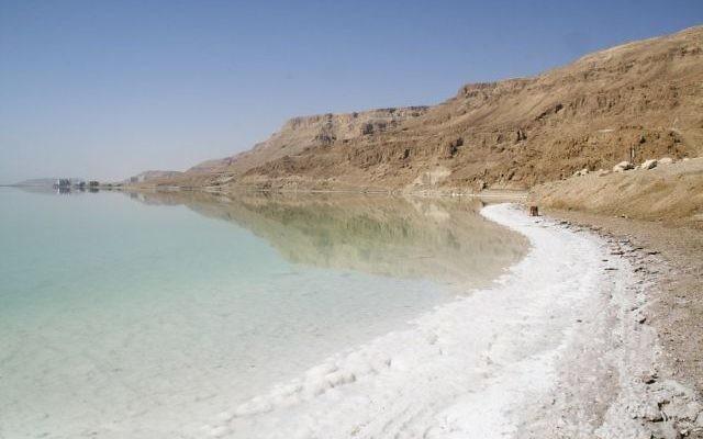 Rivage salé de la mer Morte (Crédit : Ian et Wendy Sewell/Wikimedia commons)