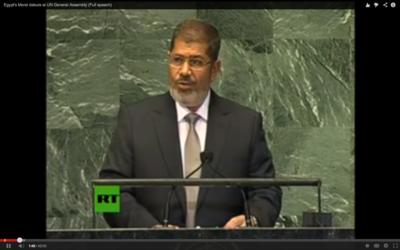 L'ancien président égyptien Mohamed Morsi, lors de son discours à l'assemblée générale de l'ONU. (Crédit : capture d'écran Youtube/RT)