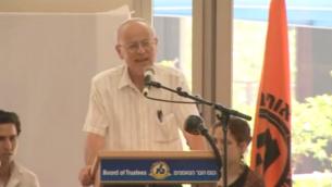 Le prof. Nathan Aviezer (Crédit : Capture d'écran Youtube)