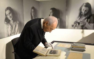 Shimon Peres au musée d'Anne Frank (Crédit : Facebook/Shimon Peres)