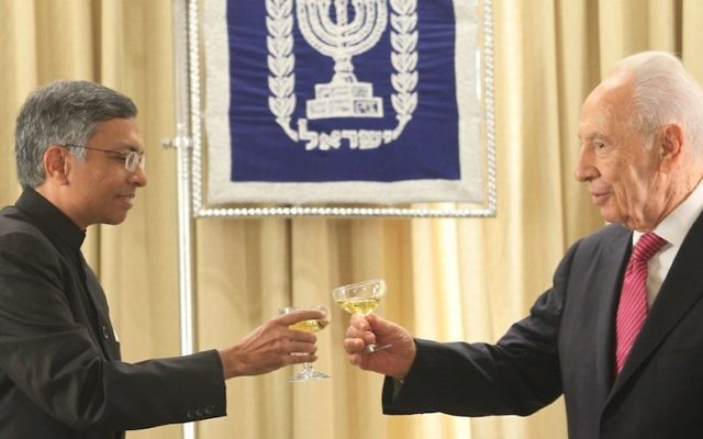 Shimon Peres et Jaideep Sarkar ambassadeur indien en Israël (Crédit : Isaac Harari/Flash90)