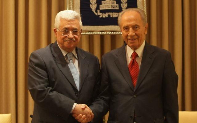 Shimon Peres, alors président, et le président de l'Autorité palestinienne Mahmoud Abbas (Crédit : Kobi Gideon/Flash 90)
