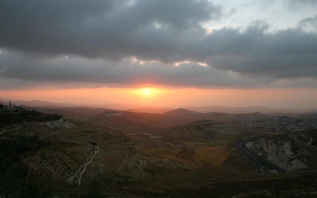 Le coucher du soleil au parc Gerald Halbert (Crédit : Shmuel Bar-Am)