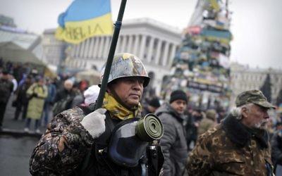 Une unité de self-defense sur la place de l'Indépendance à Kiev (Crédit : Louisia Gouliamaki/AFP)