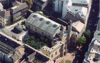 Vue aérienne de la synagogue de Budapest (Crédit : CC BY Civertan Grafikai Stúdió/Wikimedia Commons)