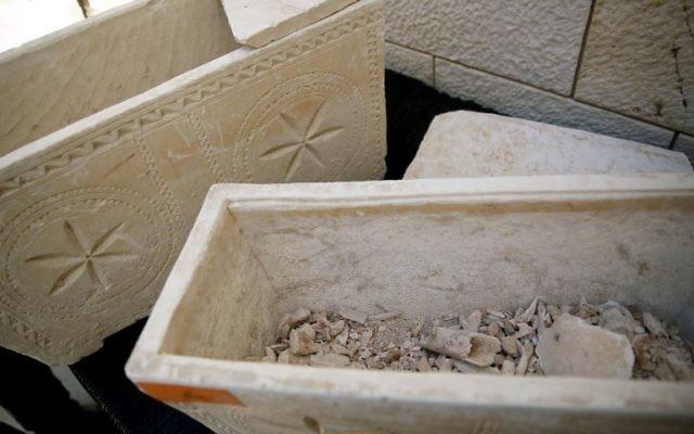Tombes pillées (Crédit : AFP)
