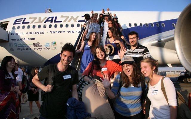 Un groupe de 229 olim à leur arrivée en Israël par l'intermédiaire de Nefesh B'Nefesh en juillet 2013 (Crédit : Autorisation de Sason Tiram)