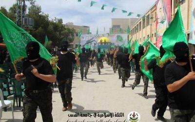 Un rassemblement d'étudiants masqués à l'université Al-Quds, organisé par le Hamas (Crédit : Page Facebook Islamic bloc)