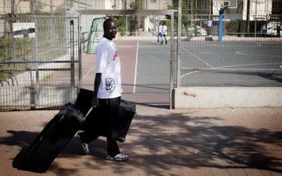 Un soudanais qui se prépare à quitter Israël (Crédit : Tali Mayer/Flash 90)