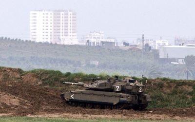 Un tank de l'armée israélienne à la frontière entre Israël et la bande de Gaza (Crédit : Jack Guez/AFP)
