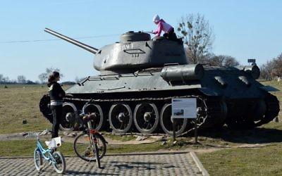 Une enfant en train de jouer sur un char russe T-34 dans le nord-ouest de la Pologne (Crédit : AFP/Janek Skarzynski)