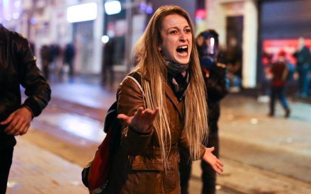 Une jeune manifestante turque criant contre la police le 13 mars 2014 (Crédit : AFP)