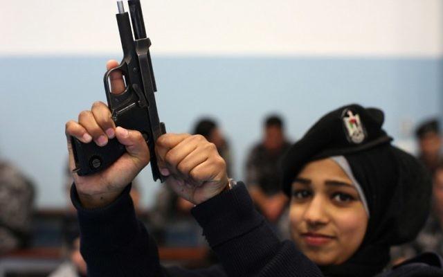 Une jeune policière palestinienne à un entraînement pour intégrerune force anti-émeute (Crédit : Abbas Momani/AFP)