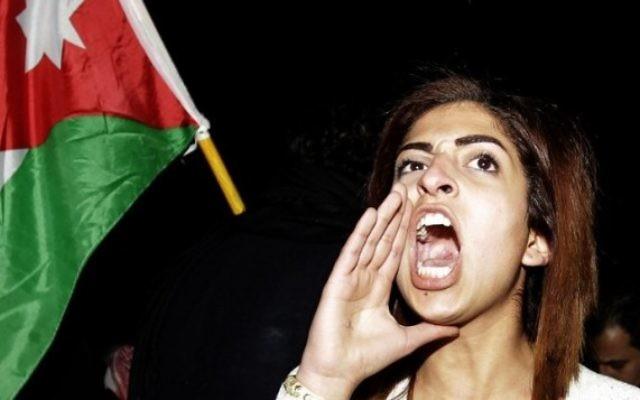 Une Jordanienne criant des slogans anti-israéliens devant l'ambassade d'Israël en Jordanie le 10 mars 2014 (Crédit : Flash 90)